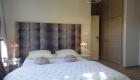 chambre avec lit en 160cm et salle de bain privative et wc